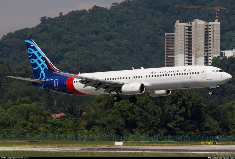 В Індонезії зник з радарів пасажирський Boeing: влада підтвердила катастрофу