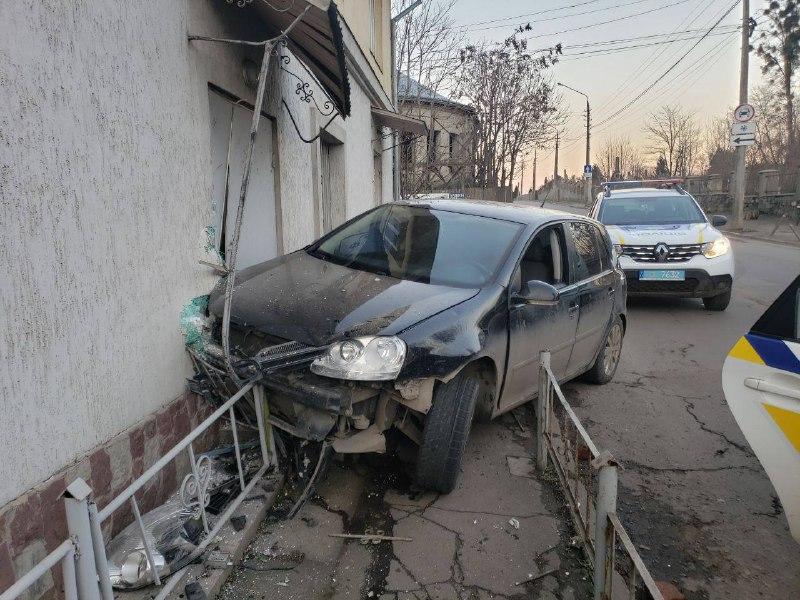 У Чернівцях на Зеленій п'яний водій протаранив будинок (фото)