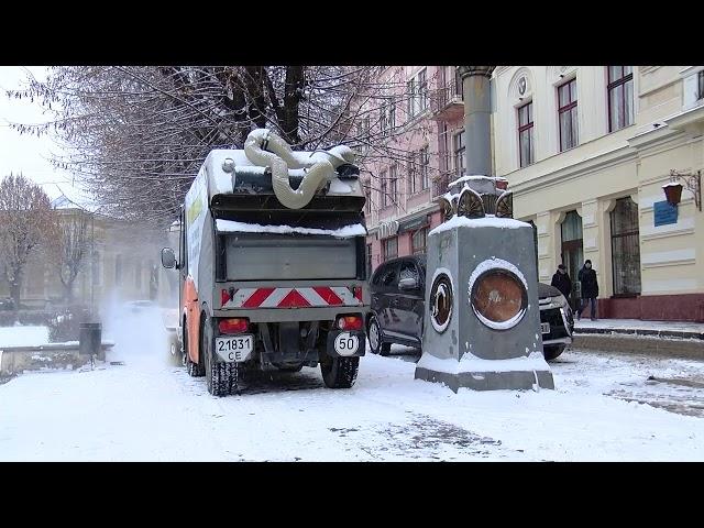 Снігопад, ожеледиця та інші погодні негаразди: чи справляються комунальні служби Чернівців з негодою