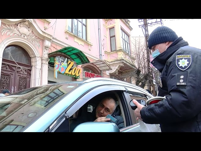 Їздять та розмовляють по телефону: чернівецьких водіїв перевірили на дотримання ПДР