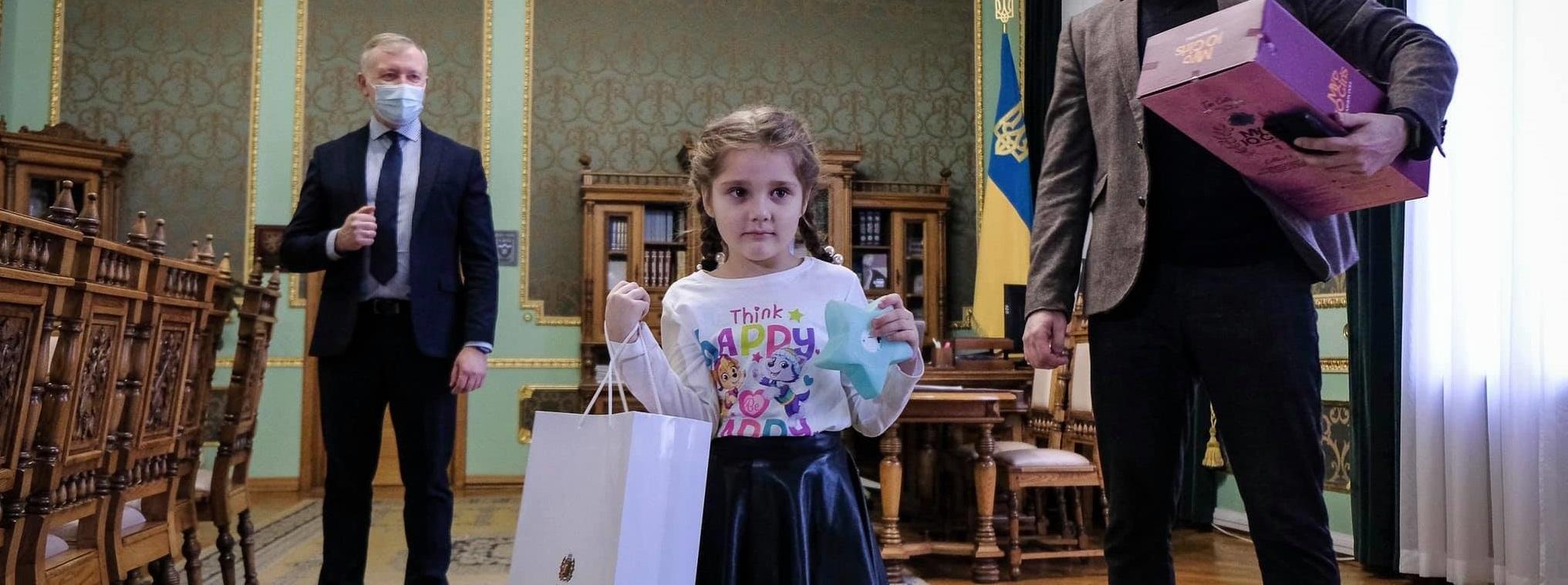 Дівчинка, яку залишили без подарунка у одному із дитсадочків Чернівців, отримала подарунок від Зеленського