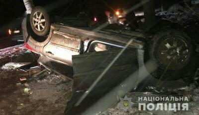На Буковині перекинулася автівка: двоє людей постраждали