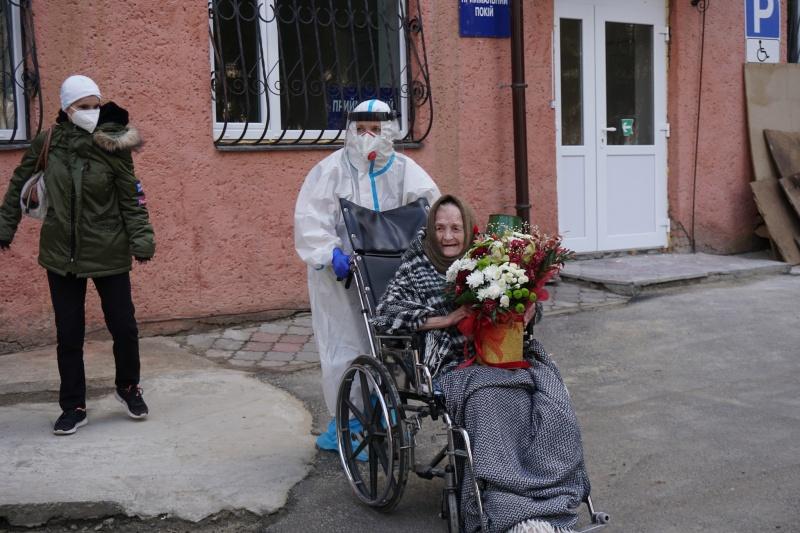 У Чернівцях вилікували від коронавірусу 100-річну бабусю