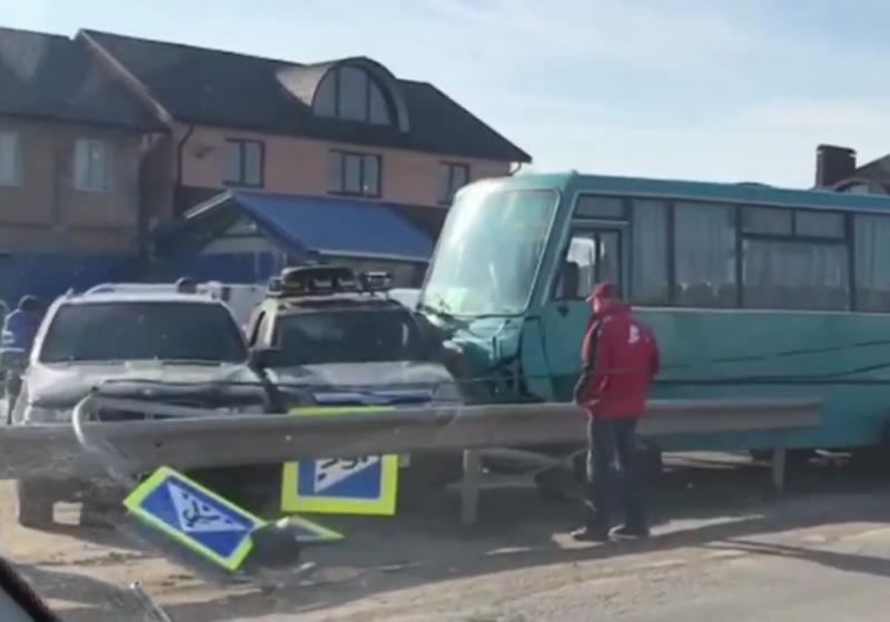 """ДТП поблизу Чернівців: п'яний водій """"євробляхи"""" зіткнувся з автобусом"""