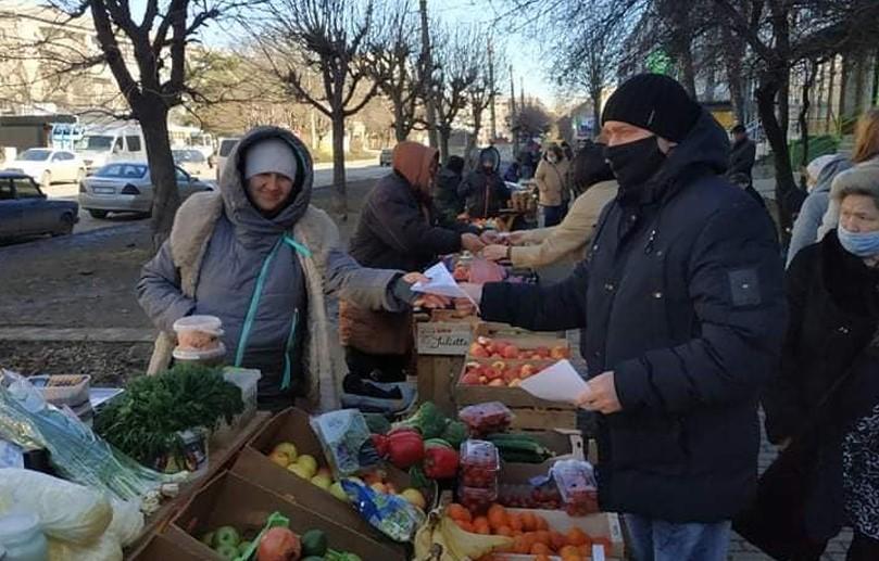 Поліціята інспекція з благоустрою вимагають припинити стихійну торгівлю на вулиці Комарова у Чернівцях