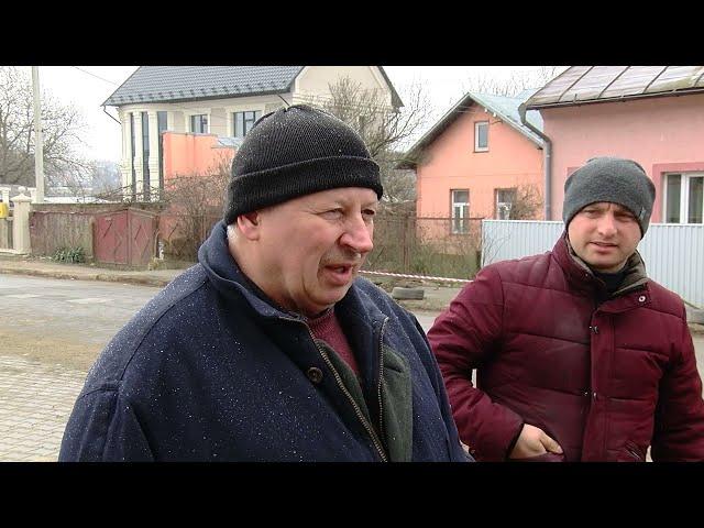 Через будівництво на вулиці Дзержика в Чернівцях пішоходам доводиться обходити величезні ями