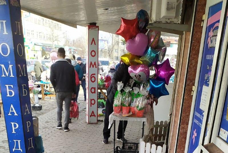 Як у Чернівцях торгують квітами на вулиці Ентузіастів (фоторепортаж)