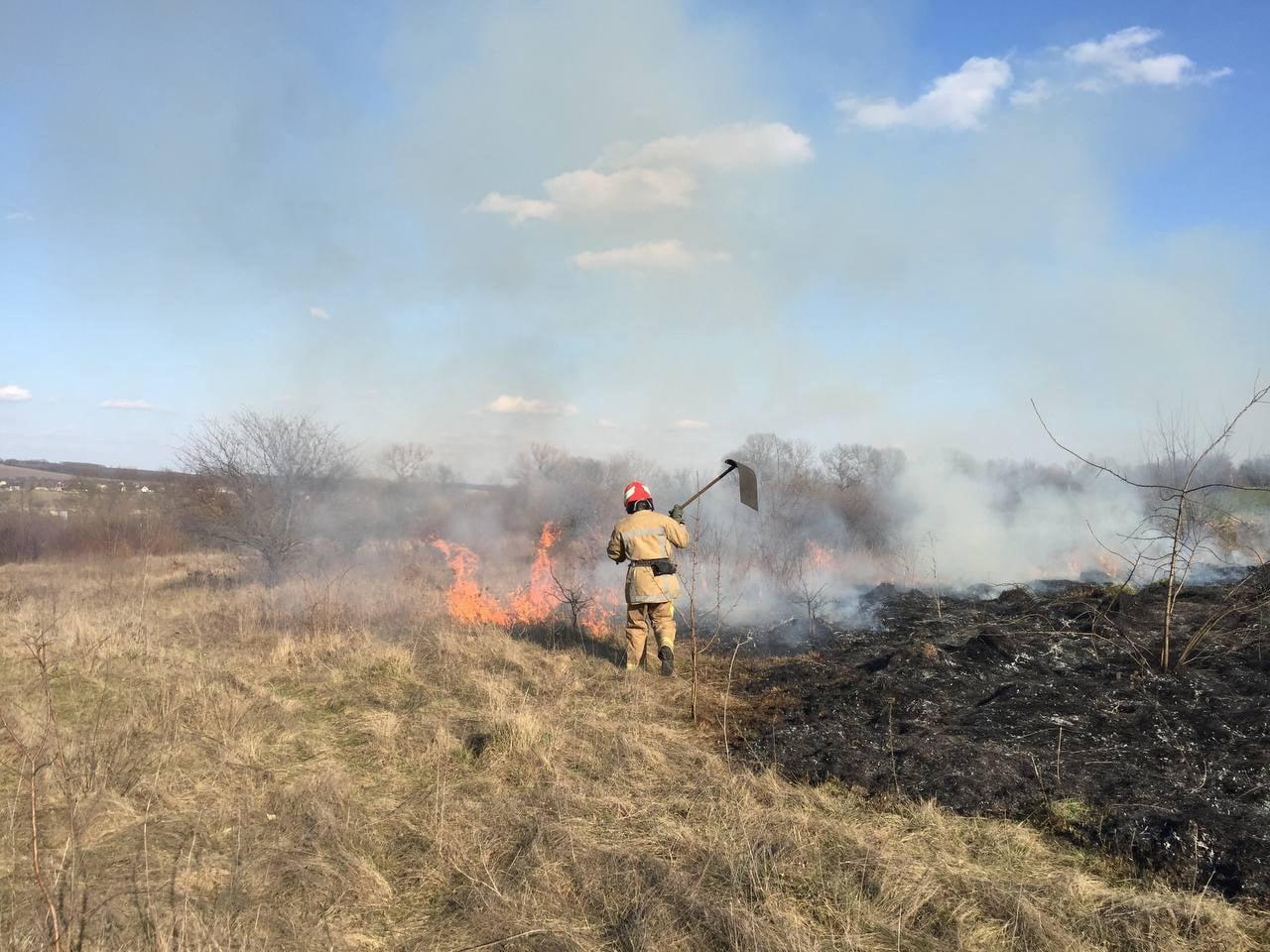 На вихідних буковинці спалювали суху траву: рятувальники ДСНС загасили 47 пожеж