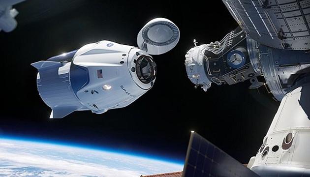 Crew Dragon з чотирма астронавтами успішно зістикувався з МКС