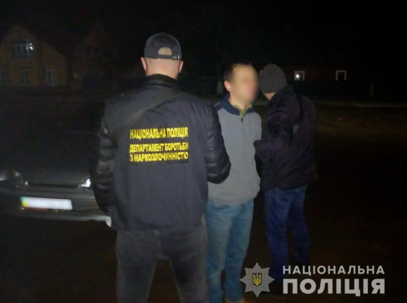 На Буковині поліціянти виявили у місцевого жителя мішок з наркотиками