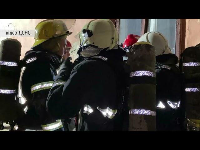 Пожежа у квартирі двоповерхового будинку Чернівців:врятували життя чоловіку та евакуювали ще 10 осіб