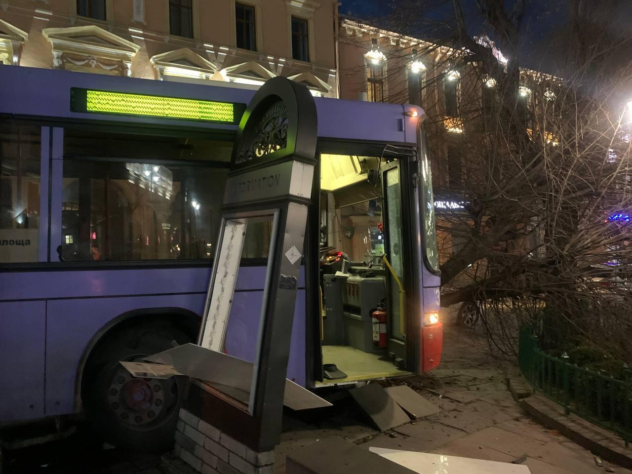 У Чернівцях суд покарав водія тролейбуса, який допустив ДТП поблизу ратуші