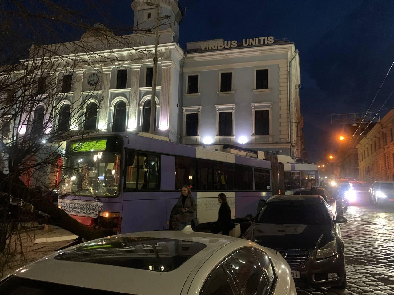 У Чернівцях під міськрадою тролейбус протаранив автівку та дерево – фото