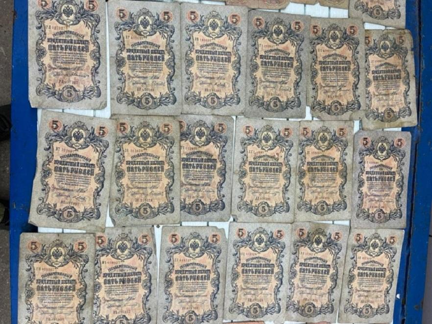 Старовинні монета, банкноти та золотий браслет: буковинські прикордонники затримали контрабандиста