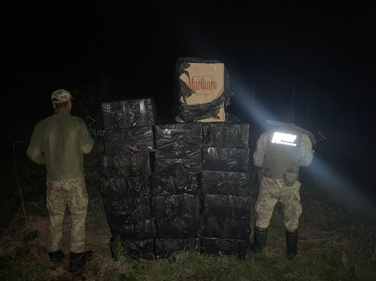 Помітили буковинських прикордонників,контрабандисти покидали 25 пакунків та втекли