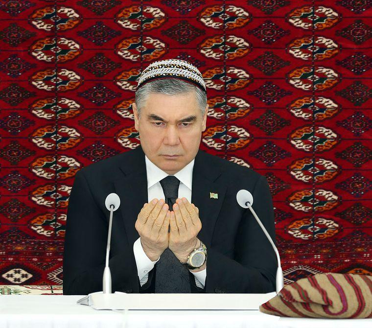 Сороковина смерті батька президента: у Туркменістані чоловіків зобов'язали поголити голови й носити тюбетейку