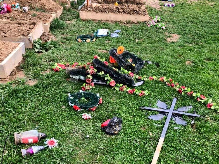 Пошкодив 13 могильних поховань: на Буковині поліцейські викрили вандала