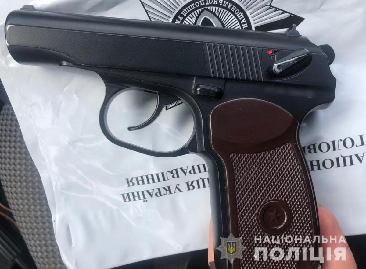 На Буковині поліцейські викрили 22-річного водія: перевозив в авто пістолет