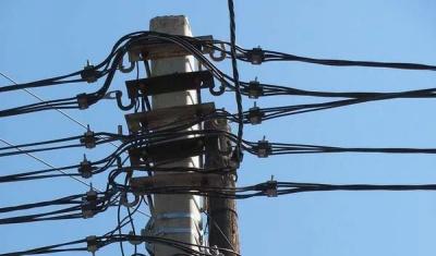 """У Чернівцях """"Міськсвітло"""" 11 червня демонтує незаконно встановлені кабелі на вулиці Миру"""