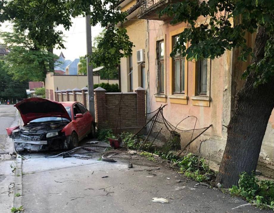 """У Чернівцях водій """"євробляхи"""" врізався в огорожу: одна людина постраждала"""