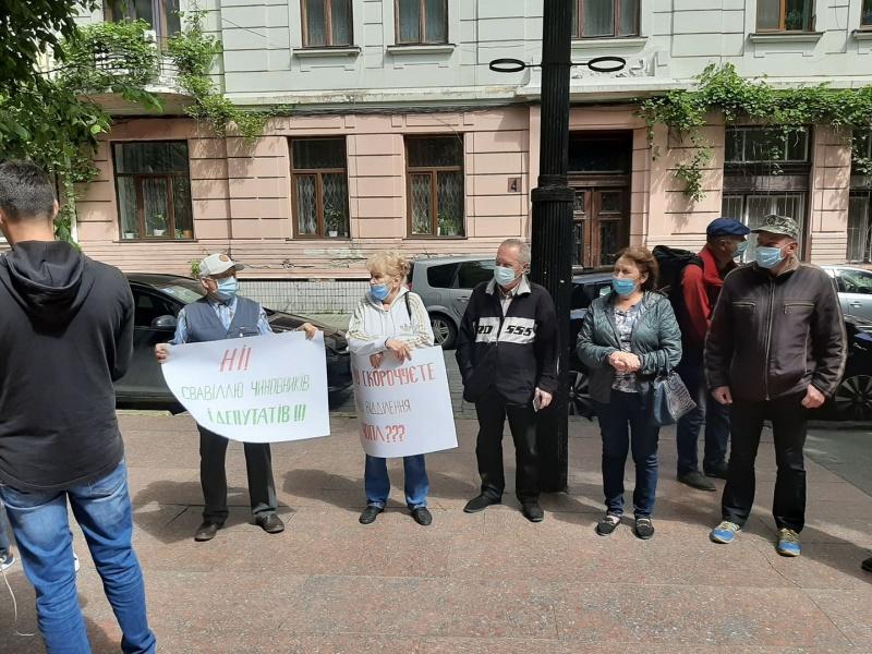 Біля Чернівецької ОДА люди вийшли на пікет: вимагають не закривати психіатричну лікарню