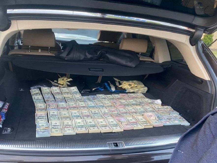 Вилучили 700 тисяч доларів з автівки: на Волині затримали посадовця митниці