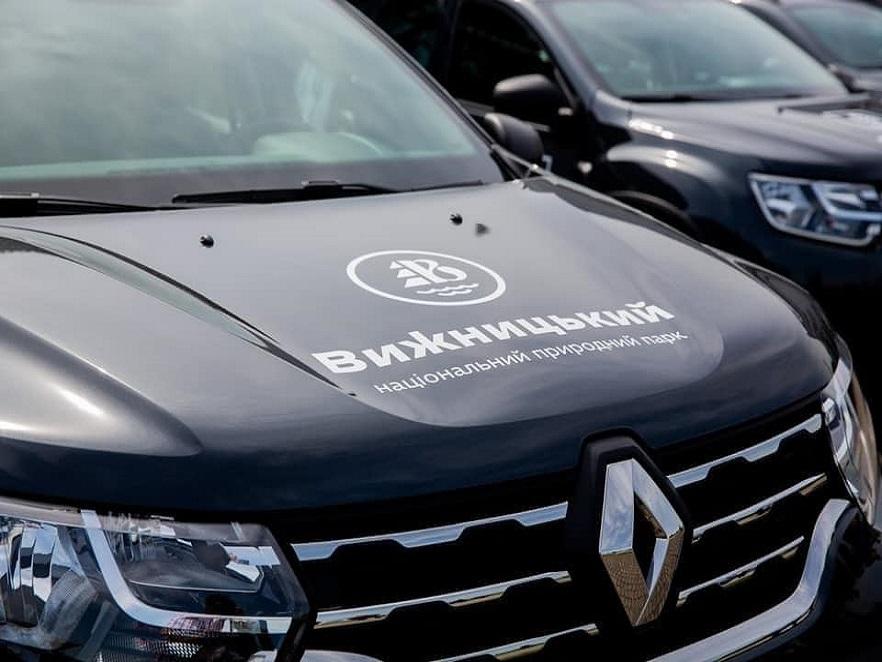 """Національний парк """"Вижницький"""" отримав два повнопривідних автомобілі Renault Duster"""