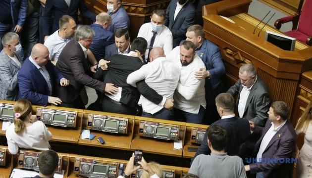 Словами не домовились: у Раді побилися депутати Ілля Кива та Микола Тищенко