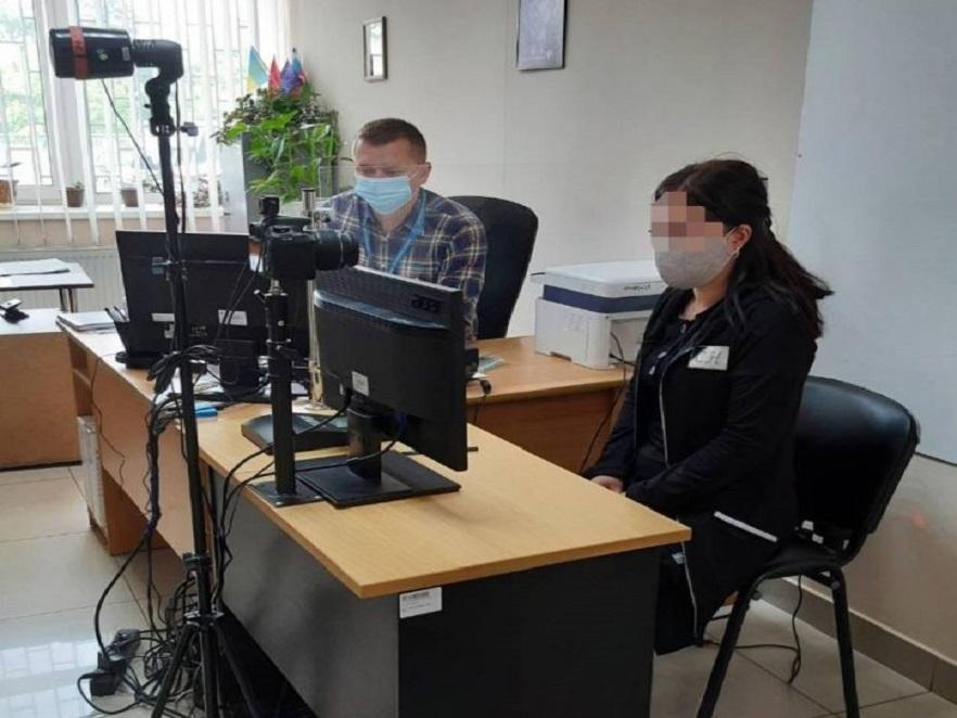 Заборонили  в'їзд в Україну на 5 років: громадянка Молдови незаконно перебувала на Буковині