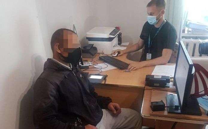 Проживали в Україні за недійсними документами: на Буковині виявили нелегалів