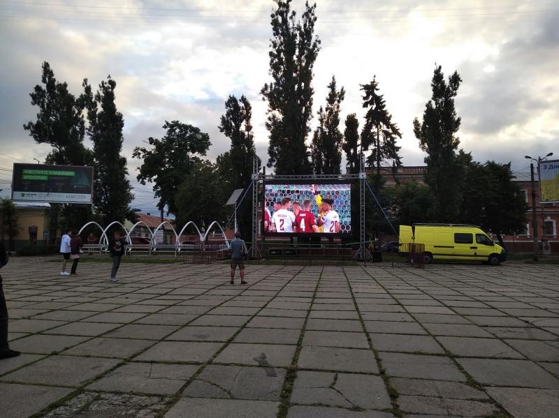 """Міський голова пообіцяв 1000$ тим, хто доведе, що трансляцію """"Євро-2020"""" в Чернівцях проводять за міський бюджет"""