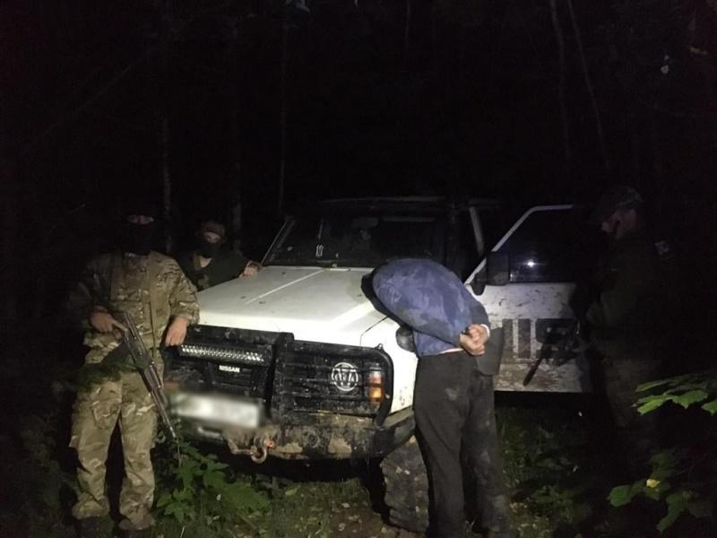 Буковинські прикордонники вночі зупинили автомобіль заповнений цигарками