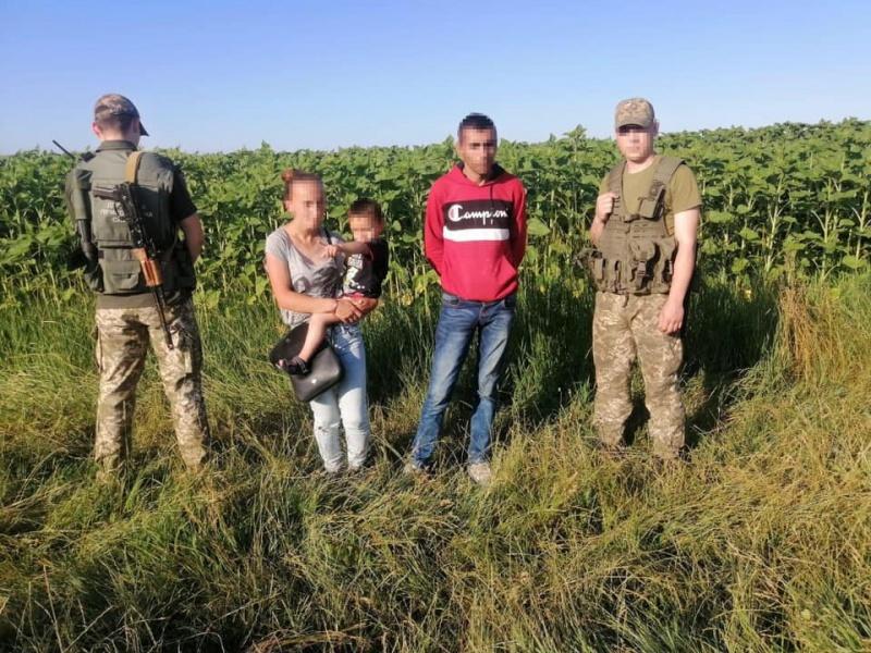 Йшли пішки до Румунії: буковинські прикордонники зупинили нелегалів