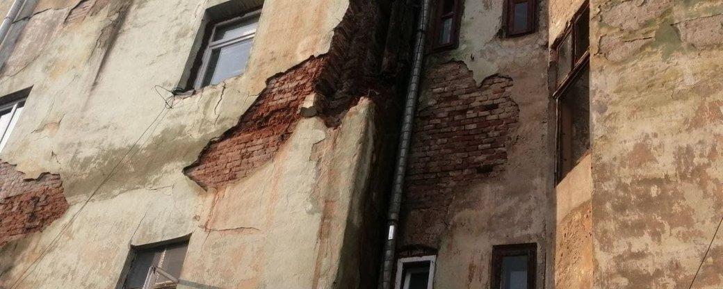 У центрі Чернівців під час сильної зливи обвалилась стіна житлового будинку на вулиці Руській
