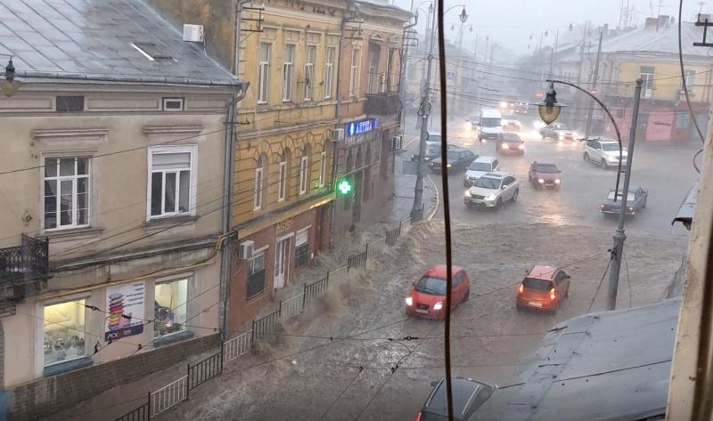 У Чернівцях внаслідок сильних дощових опадів підтопило вулицю Богдана Хмельницького