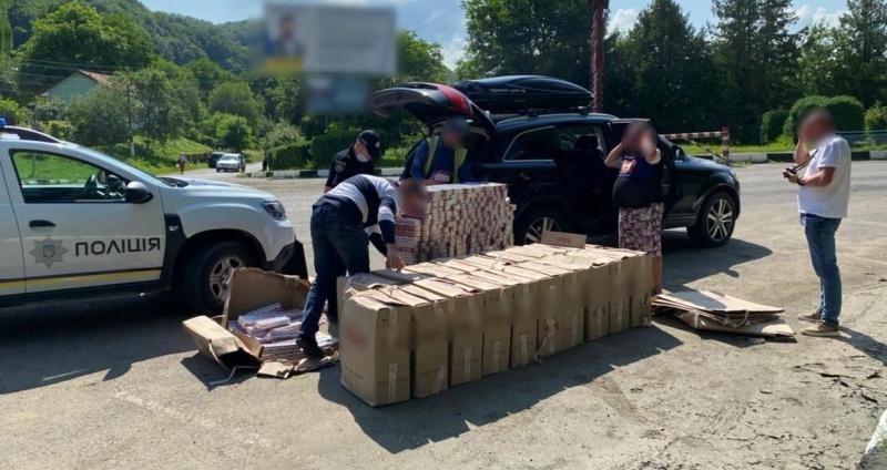 У Вижниці поліціянти затримали водія, який перевозив 14 тисяч контрабандних пачок цигарок