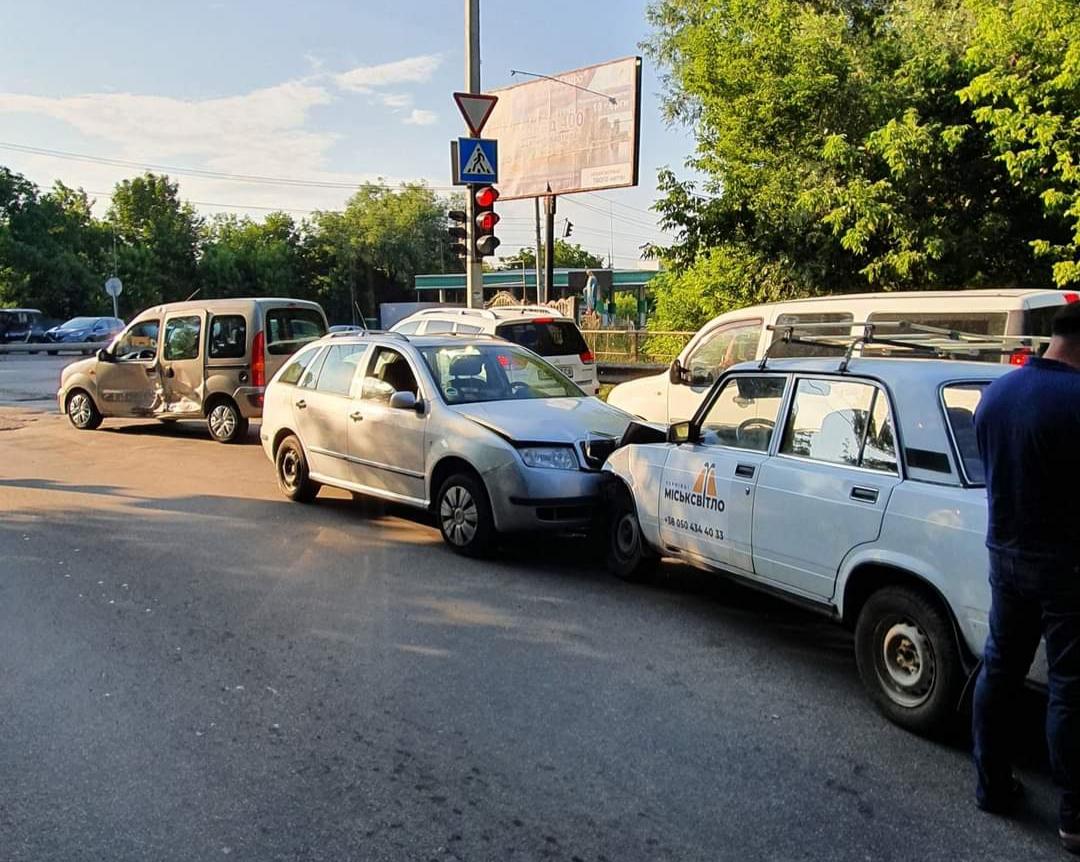 """У потрійній ДТП на вулиці Винниченка постраждав працівник """"Міськсвітла"""": його забрала швидка"""