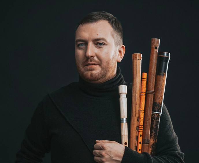 Музикант грає на 50 інструментах: сьогодні біля ЧНУ проведуть унікальний концерт