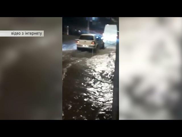 Підтоплені вулиці, повна зупинка громадського електротранспорту та десятки будинків без світла