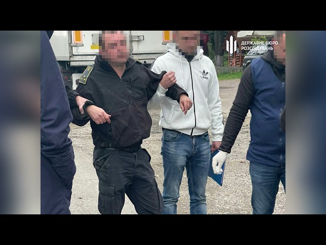 """Вимагав 300 доларів за оформлення """"євроблях"""": на Буковині затримали на хабарі митника"""