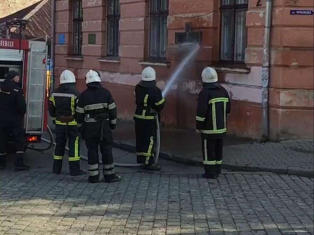 """""""Приїхали пожежники і вирішили проблему"""": стіну народного дому у Чернівцях відмили"""